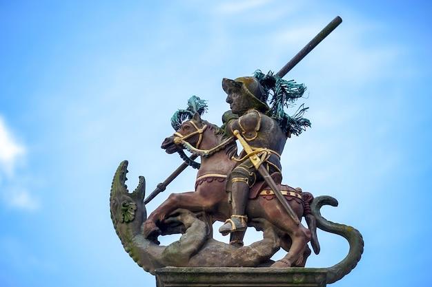 Statue au sommet de la fontaine saint-georges à rothenburg ob der tauben