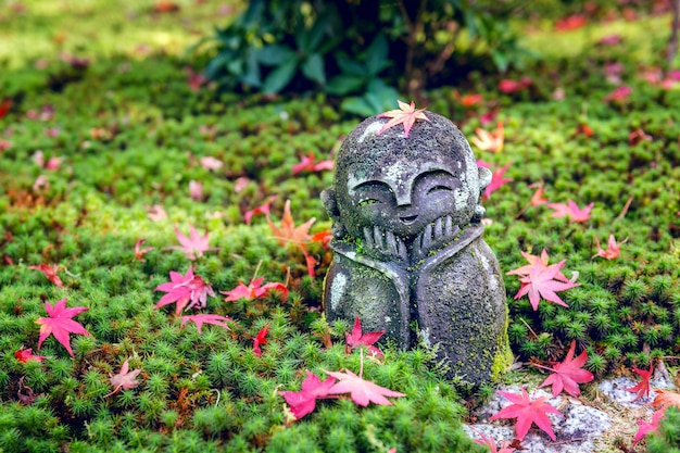 La statue au temple d'enkoji à l'automne, kyoto, japon.