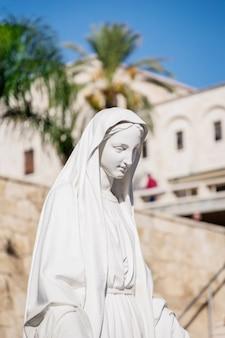 Statue blanche de la vierge marie à nazareth, israël