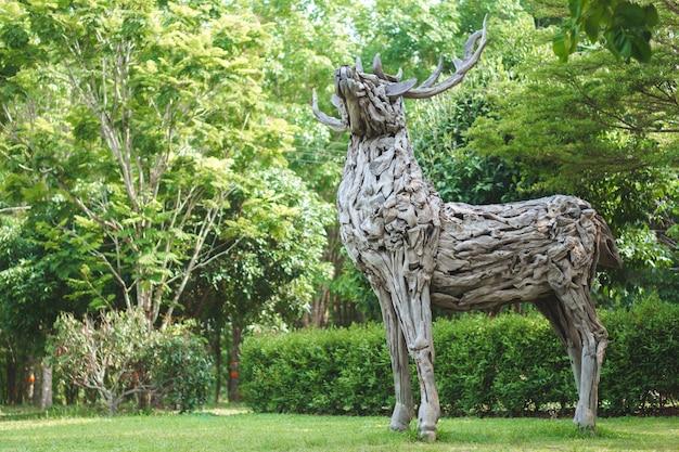Statue en bois de cerf en bois flotté
