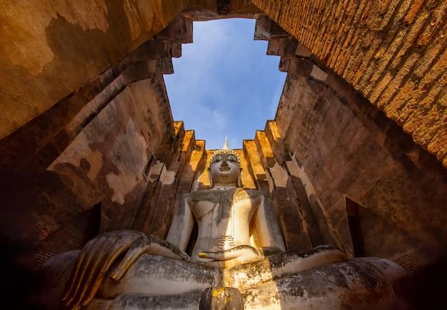 Statue de bouddha antique (phra achana wat si chum) temple de si chum, parc historique de sukhothai, thaïlande