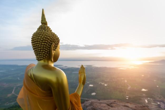 Statue de bouddha au lever du soleil