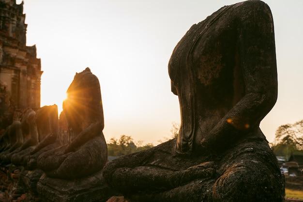 Statue de bouddha au parc historique d'ayutthaya, temple bouddhiste wat chaiwatthanaram en thaïlande.
