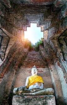 Statue de bouddha au parc historique d'ayutthaya, thaïlande.