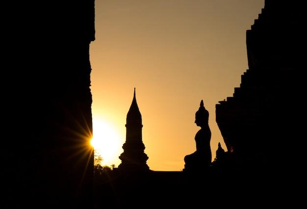 Statue de bouddha au wat mahathat, temple de bouddha, dans le parc historique de sukhothai, thaïlande