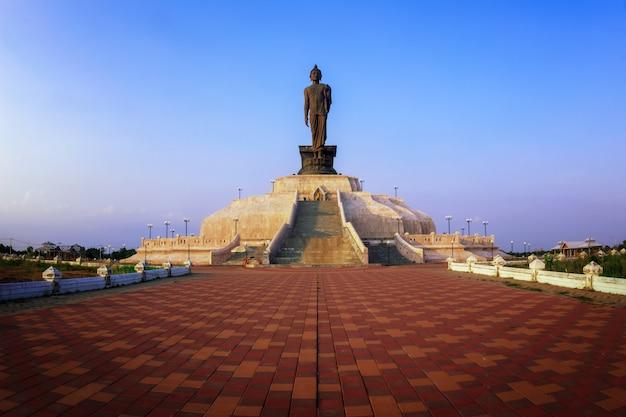 Statue de bouddha avec coucher de soleil, ton sombre bethesda et coucher de soleil