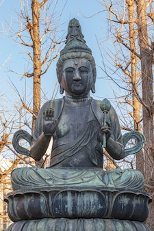 Statue de bouddha dans le jardin du temple sensoji à asakusa