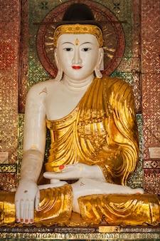 Statue de bouddha dans la pagode shwedagon