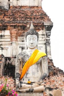 Statue de bouddha dans le temple wat yai chaimongkol, ayutthaya, thaïlande.