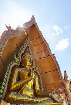 Statue de bouddha du temple thaïlandais, wat thum sua, province de kanchanaburi, thaïlande