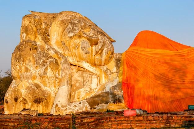 Statue de bouddha géant dans le parc historique d'ayutthaya, phra nakhon si ayutthaya, thaïlande
