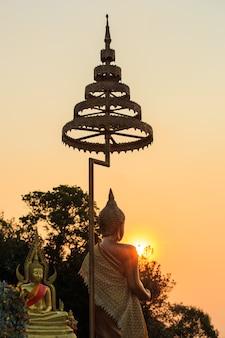 Statue de bouddha avec la lumière du soleil à la montagne de khao khitchakut, province de chanthaburi, thaïlande