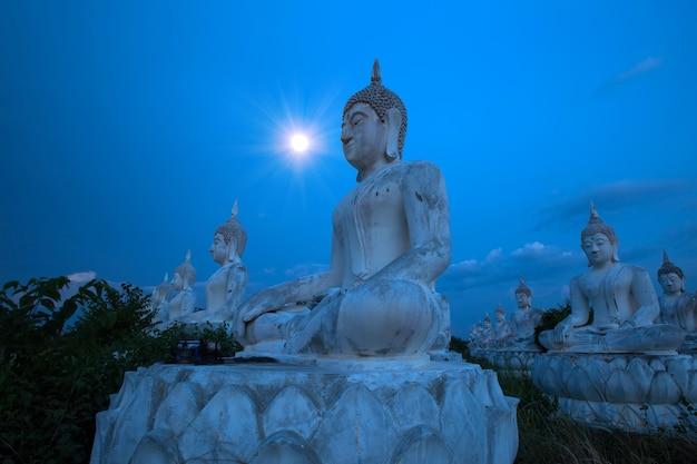 Statue de bouddha avec lune