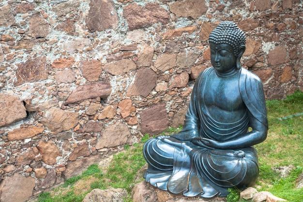 Statue de bouddha méditant, en bronze. 19ème siècle, position assise, copyspace utile.