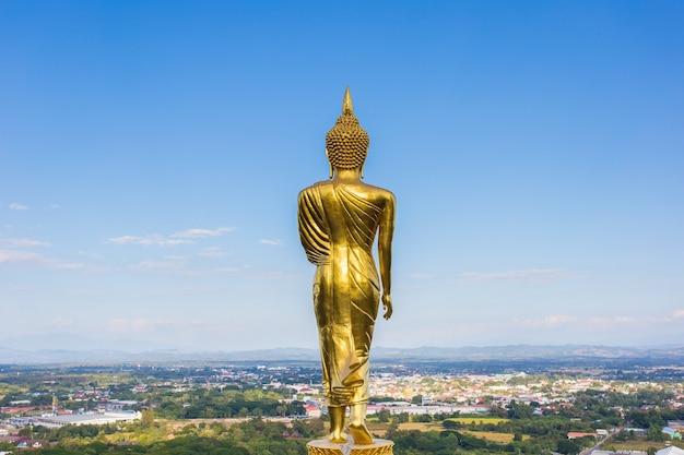 Statue de bouddha d'or au temple de phra that khao noi nan en thaïlande