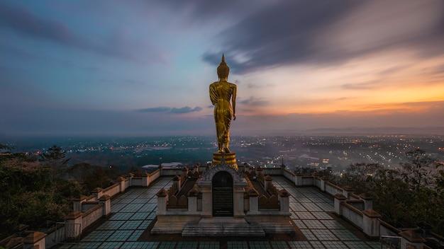 Statue De Bouddha D'or Dans Le Temple De Khao Noi à L'heure Du Lever Du Soleil Photo Premium