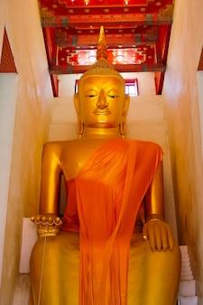 Statue de bouddha en or dans le temple