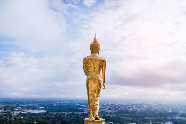 Statue de bouddha en or debout au wat phra that khao noi, province de nan, thaïlande