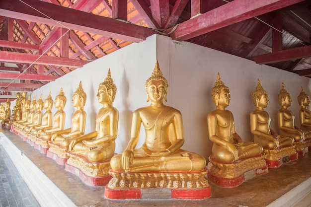 Statue de bouddha en or en thaïlande.situation de bouddha assis fond spirituel dans la province de phitsanulok en thaïlande