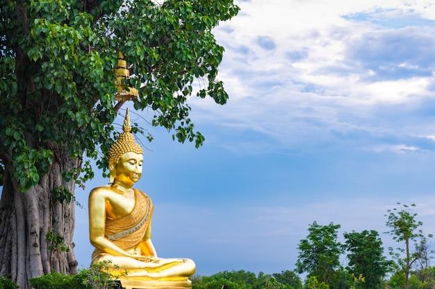 La statue de bouddha en or.