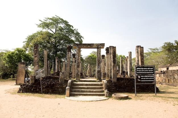 Statue de bouddha à polonnaruwa