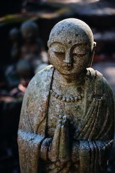 Statue de bouddha en prière, religion bouddhiste
