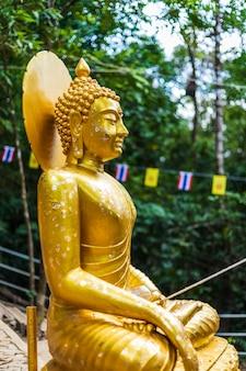 Statue de bouddha en route vers la pierre avec l'empreinte du seigneur bouddha