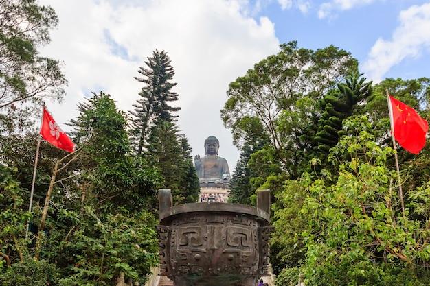 Statue de bouddha tian tan au monastère de polin avec ciel bleu, île de ngong ping lantau, hong kong