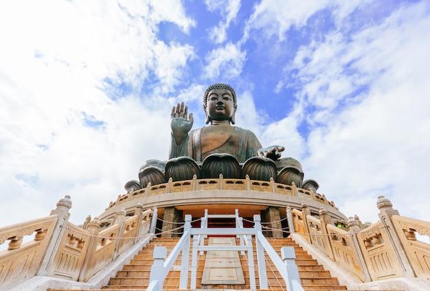 Statue de bouddha tian tan au monastère de polin, île de ngong ping lantau, hong kong