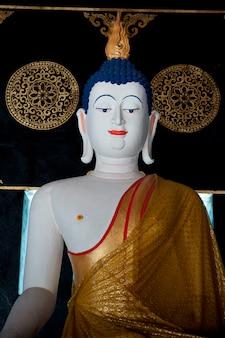 Statue de bouddha à wat chedi luang, chiang mai, thaïlande