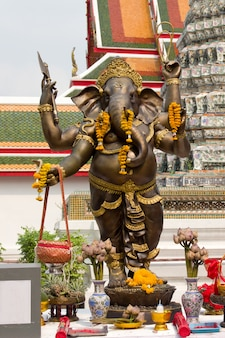 Statue bouddhiste du wat arun tample à bangkok