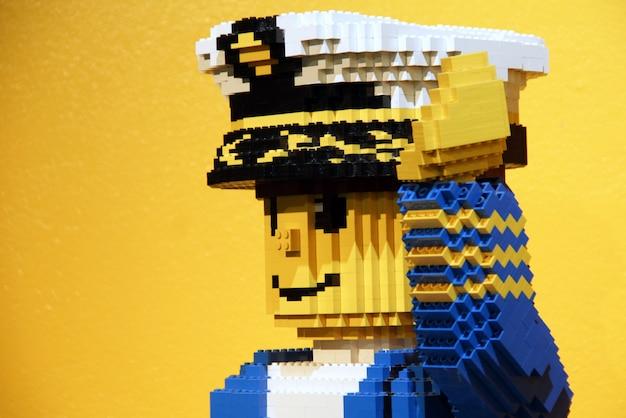 Statue d'un capitaine lego en legoland