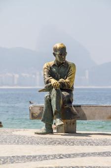 Statue de carlos drummond de andrade l'un des principaux poètes brésiliens