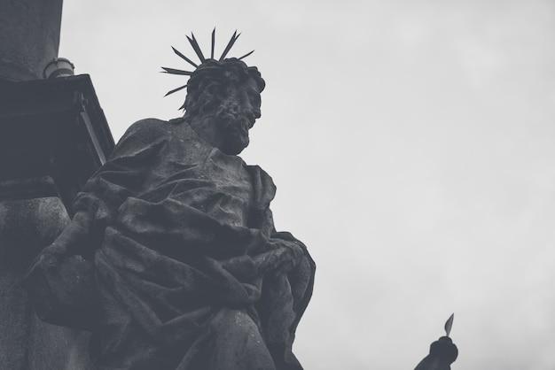 Statue à la colonne de peste à cesky krumlov, république tchèque