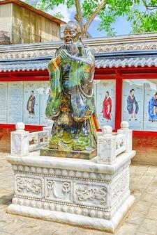 Statue de confucius, le grand philosophe chinois dans le temple de confucius à pékin.chine.