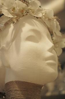 Statue avec une couronne blanche