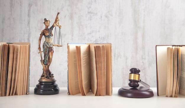 Statue de dame justice, livre et marteau. juridique et droit