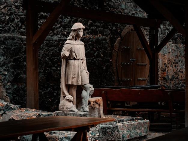 Statue dans un château médiéval en basse silésie, pologne