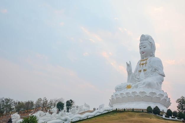 Statue de la déesse guanyin de kuan yin est un bodhisattva associé à la compassion dans le monde asiatique
