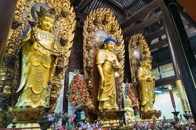 Statue de dieu bouddhiste dans l'ancien temple de longhua. chine, shanghai