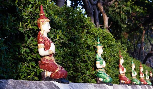 La statue des dieux sur le mur décoration murale du temple thaïlandais dans le nord