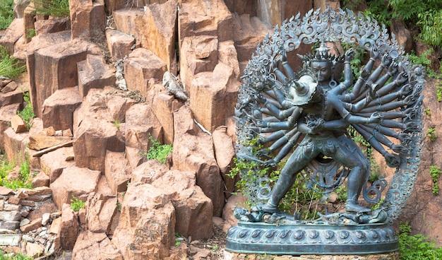 Statue de divinités tantriques dans l'étreinte rituelle située dans un jardin de montagne
