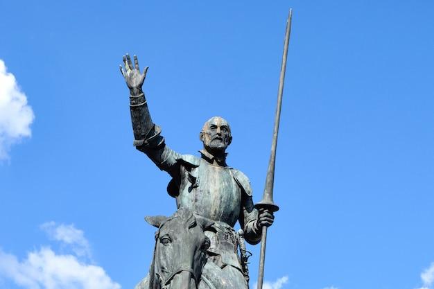 Statue de don quichotte à la lumière du jour