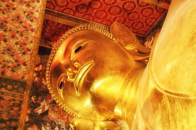 Statue dorée de bouddha couché. wat pho, bangkok, thaïlande.