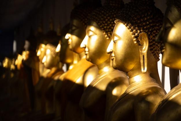Statue dorée de bouddha à la lumière du soleil au temple wat pra sri mahathat
