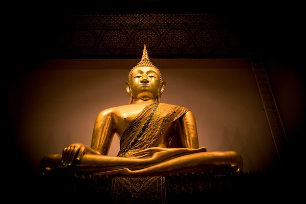Statue dorée de bouddha en thaïlande
