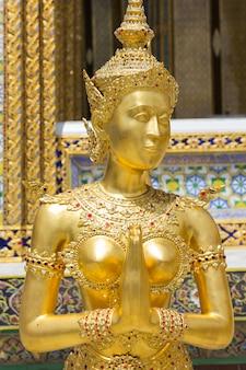 Statue dorée de kinnari au wat phra kaew, bangkok, thaïlande