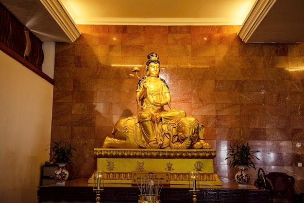 La statue dorée de kwan-yin dans l'église de l'île de batam