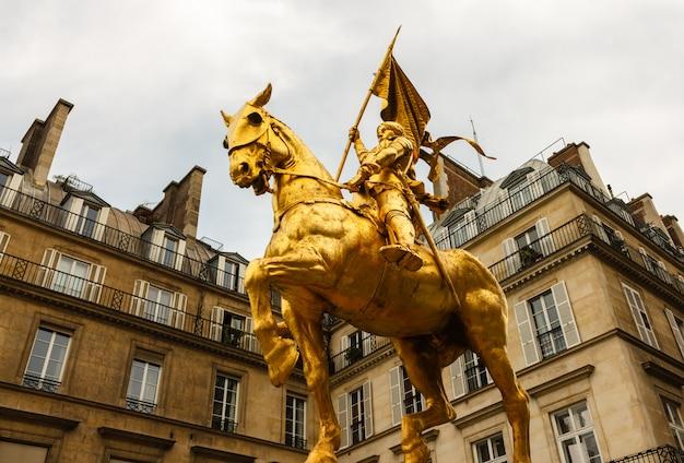 La statue dorée de sainte jeanne d'arc