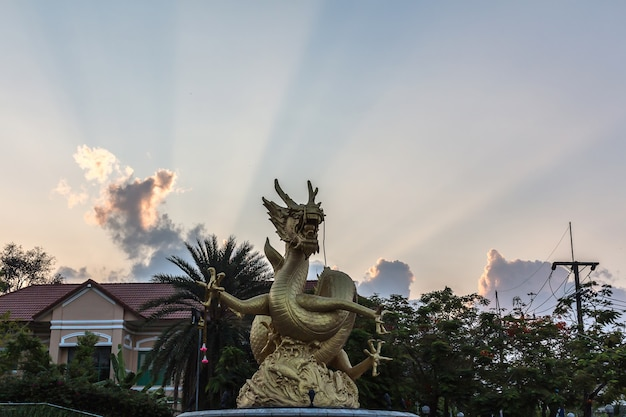 La statue de dragon d'or sur le lever du soleil à phuket en thaïlande